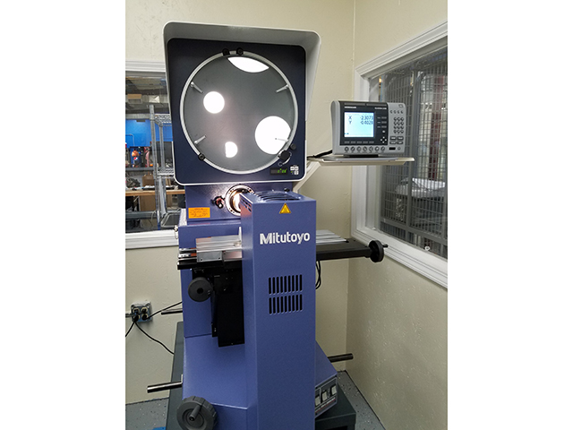 Mitutoyo Optical Comparator with Heidenhain geometric DRO